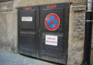 Dopravní značka Zákaz zastavení a tabulka Neplatí pro idioty